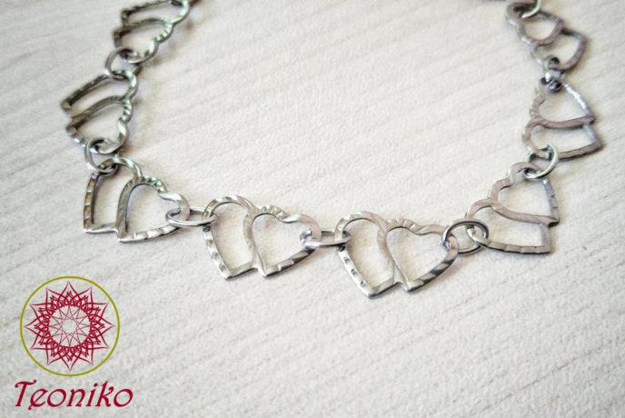 Лека и нежна гривна от стомана Две сърца - идеалният подарък за вашето момиче