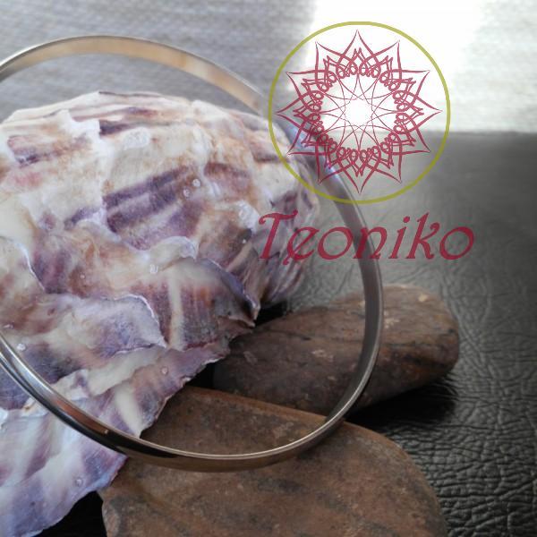 Стилна и семпла стоманена гривна в кръгла форма, без закопчаване.