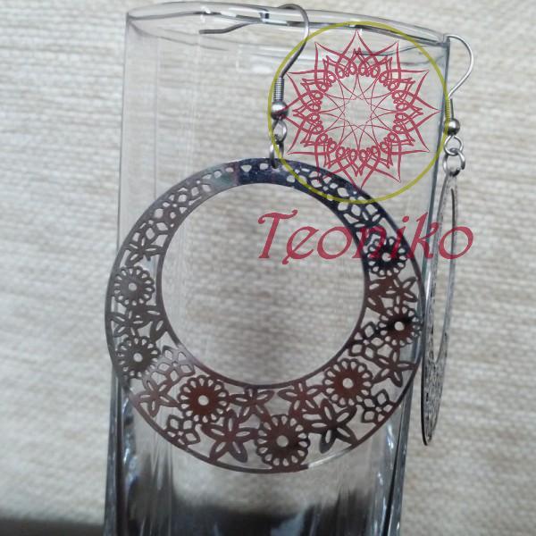 Ефектни обеци от неръждаема стомана във вид на венец от цветя.