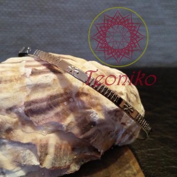 Семпла стоманена гривна без закопчаване в сребрист цвят.