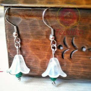 Нежни ръчно изработени обеци лилии от неръждаема стомана, акрил и малахит