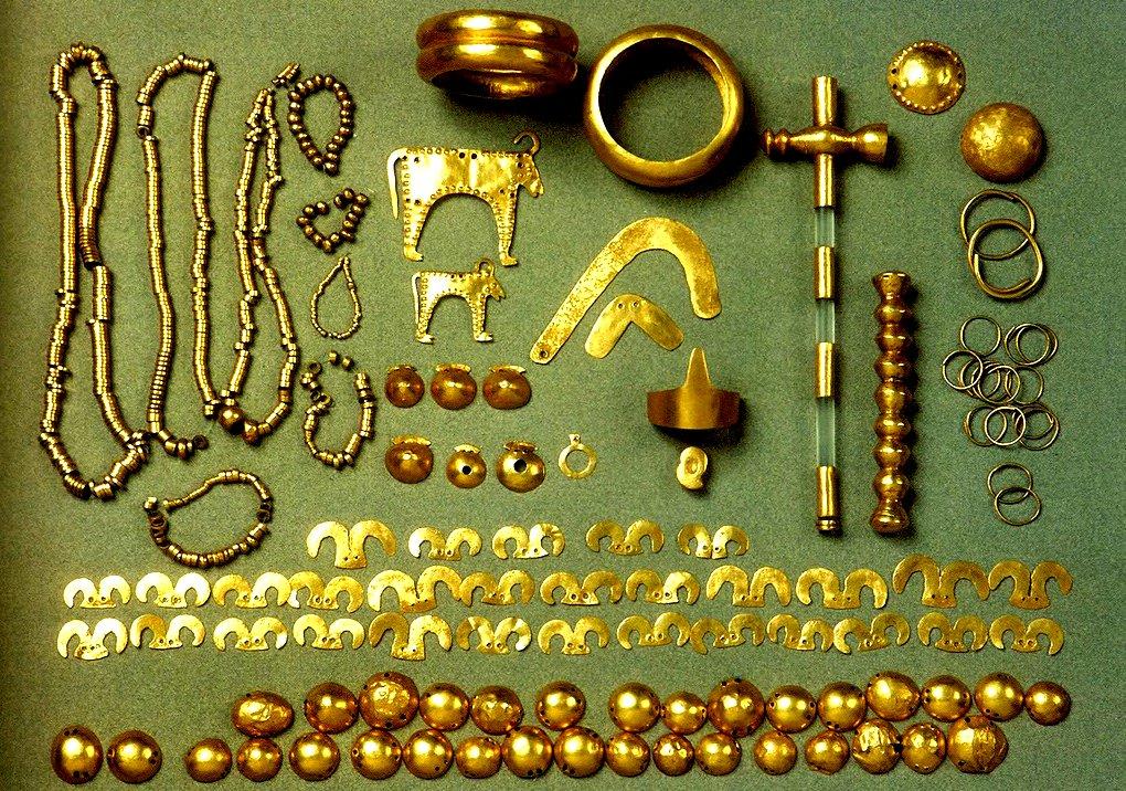 Бижута от Варненското златно съкровище, датирано от преди 7000 години, което впечатлява с майсторската си изработка. Това е първото обработено злато в света, открито във Варненския халколитен некропол.