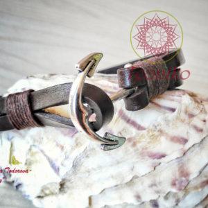 Ръчно изработена гривна от естествена кожа с котва - цвят кафе. Стилно и елегантно бижу с акцент котва, която служи и като закопчалка