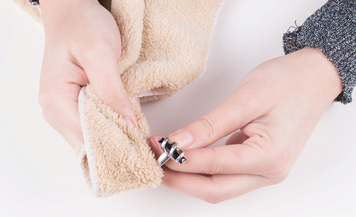 Как да почистим бижута от неръждаема стомана у дома