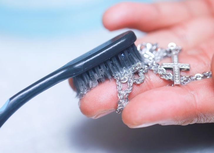 Лесен и еко начин да почистите бижутата си от стомана със сода бикарбонат.