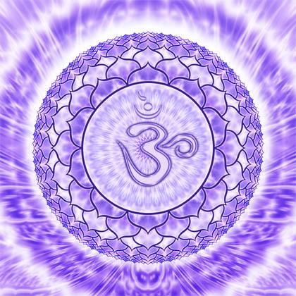 Балансиране на седма чакра, наричана още коронна чакра с помощта на бижута с естествени камъни