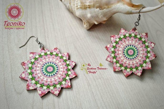 Обеци от дърво Слънце Мандала в розово и зелено